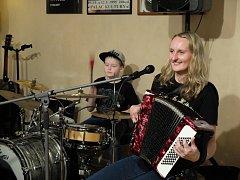 Petra Börnerová Trio zahrálo v kutnohorském v Blues Café.
