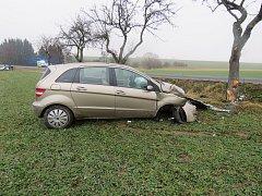 Řidička narazila do dvou stromů.
