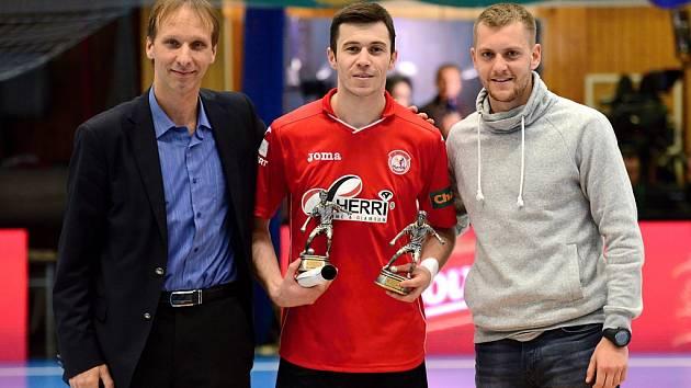 Zleva: Sekretář Komise futsalu FAČR Martin Průša, Azem Brahimi - nejlepší střelec a nejproduktivnější hráč ZČ, PR manažer Komise futsalu FAČR Michal Pavlík.