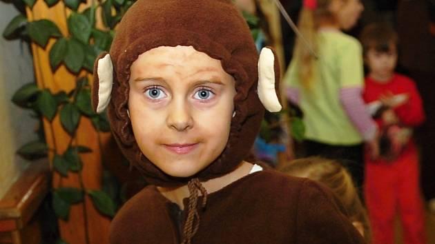 Opičí bál uspořádali žáci v malínské škole.