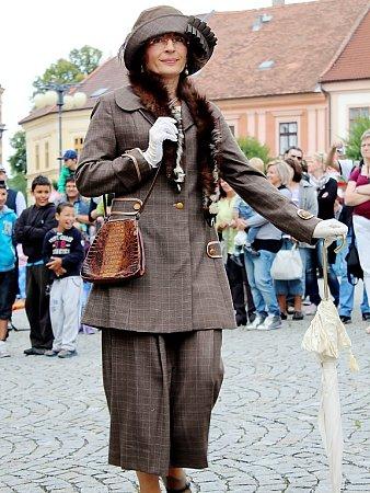 Radka Chabičovská našla zálibu vkloboucích. Ty historické předvedla na módní přehlídce vrámci Veteran Rallye Kutná Hora 2014
