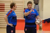 Trenéři české reprezentace Tomáš Neumann a Vlastimil Bartošek vedli trénink kutnohorských futsalistů.