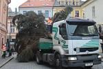 Cesta vánočního stromu ze Žižkova na Palackého náměstí v Kutné Hoře.