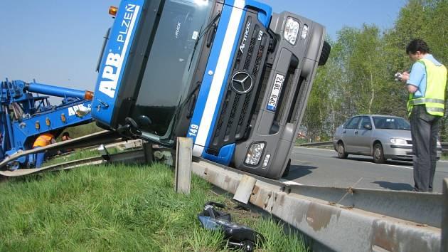 Převrácený kamion nedaleko motorestu Skalka u Kutné Hory.