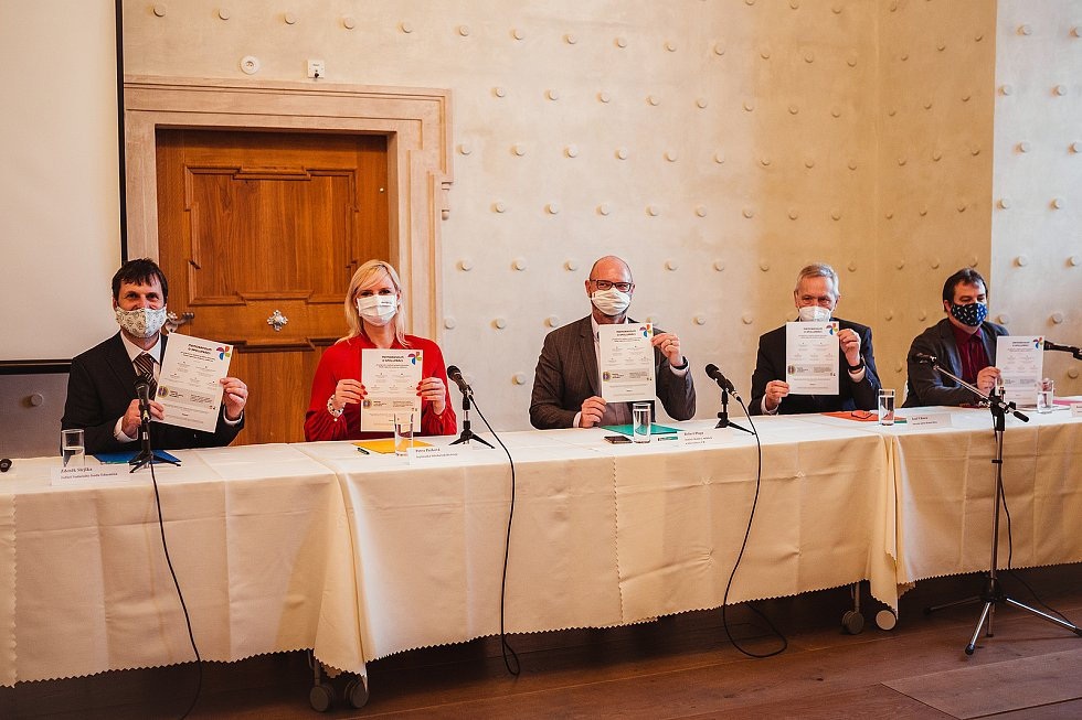 Ze slavnostního podepsání Memoranda o spolupráci při přípravě a realizaci projektu 'Eduzměna - Model regionální podpory vzdělávání' v barokní lékárně Galerie Středočeského kraje v Kutné Hoře.