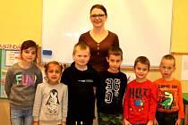 Prvňáčci z Bílého Podolí s třídní učitelkou Stanislavou Šindelářovou ve školním roce 2019/2020.