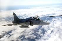 Premiéra českých pilotů Gripenů v tankování ve vzduchu