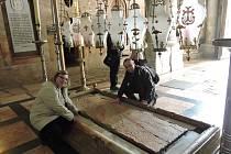 Kámen posledního pomazání Ježíše Krista v chrámu Božího hrobu.