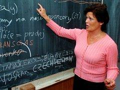 Před školní tabulí lze spíše spatřit učitelky. Učitelé se příliš nehrnou na toto povolání.