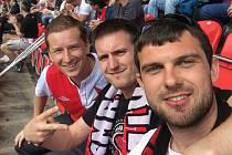 Fotbalista Kutné Hory Marek Wolf (zcela vpravo) se svými kamarády slávisty Lukášem Zeleným (uprostřed) a Tomášem Kozlem ještě v dobách, kdy se smělo chodit na fotbal.