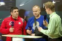 Petr Hlaváč (uprostřed) jako hlavní kouč Kladna v rozhovoru pro Českou televizi při zápase se Zručí.