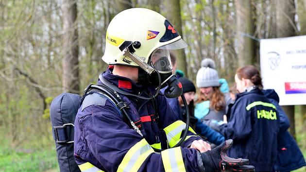 Na kopci Vysoká u Kutné Hory změřili síly hasiči v soutěži ve výstupu na místní rozhlednu.