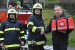 Z předání AED defibrilátoru a dalšího zdravotnického vybavení dobrovolným hasičům ve Žlebech.