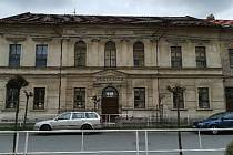 Budova Základní školy v Uhlířských Janovicích v Komenského ulici 273 (první stupeň a školní družina).