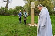 Svěcení kříže na louce v Hlízově.
