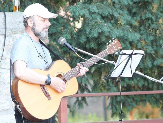 Vystoupení folkrockového dua Starý dříví v parku U Tří pávů