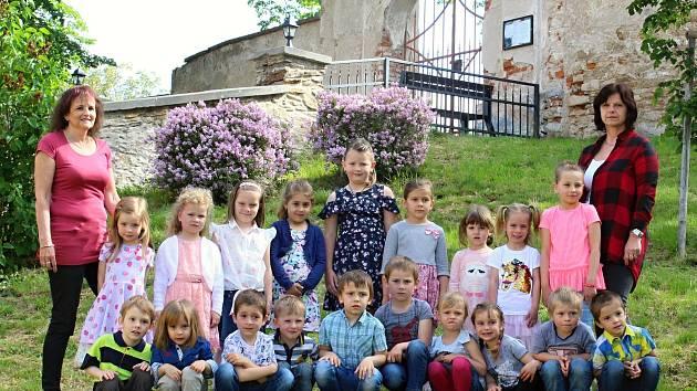 Děti a paní učitelky se vyfotografovaly u kostela v Křeseticích.
