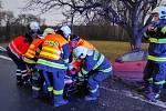 Dopravní nehoda v obci Bykáň, kde řidička narazila autem do stromu.