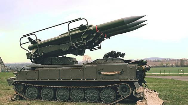 Nepřátelský cíl je následně ničen raketami z odpalovacího zařízení 2P25.
