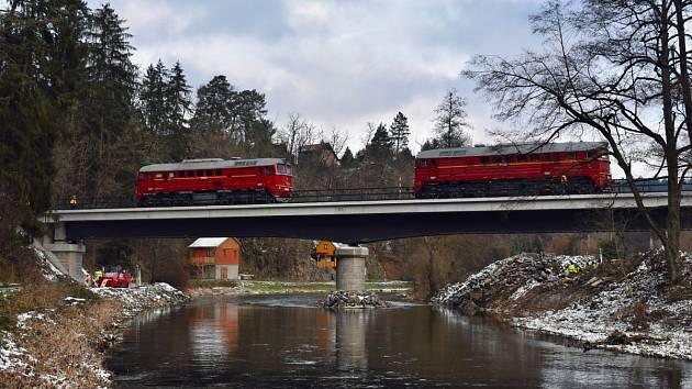 Zatěžovací zkouška železničního mostu přes řeku Sázavu ve Vlastějovicích.