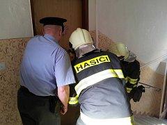 Policie ČR a hasiči museli byt otevřít vlastními silami. Hledaný muž na jejich předešlé výzvy nereagoval.