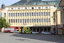 Složky Integrovaného záchranného systému před hotelem Mědínek na Palackého náměstí v Kutné Hoře.