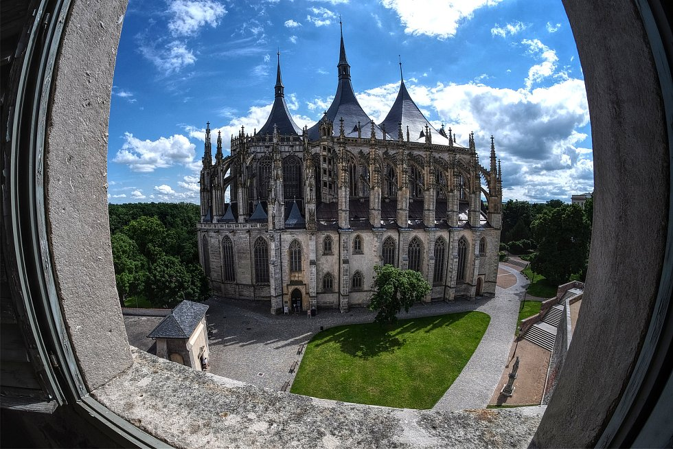 Výhled ze zvonice na katedrálu sv. Barbory
