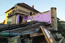V obci Žleby se zbortila část rodinného domu s garáží.