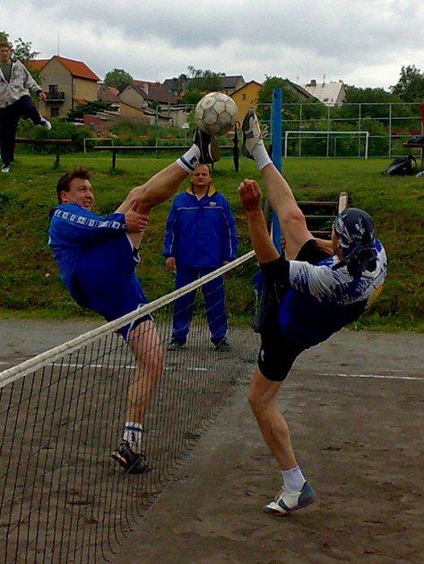 Souboj na síti: vlevo hráč Vavřince Bálek, napravo hráč Jelen z Přišimas