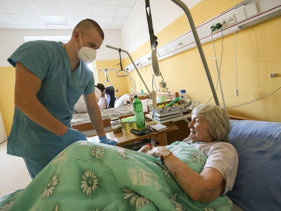 Výpomoc vojáků z čáslavské letecké základny v městské nemocnici. Na snímku technik avionických systémů Filip Novák.
