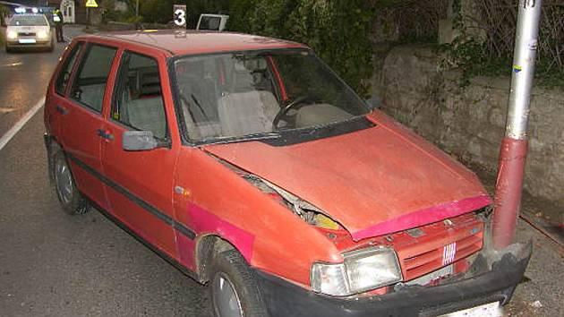 Dopravní nehoda v Kremnické ulici v Kutné Hoře, kde řidič s 2,13 promile narazil do lampy veřejného osvětlení.