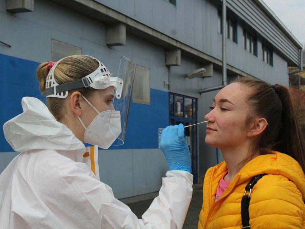Testovací místo na covid-19 u zimního stadionu v Kutné Hoře.