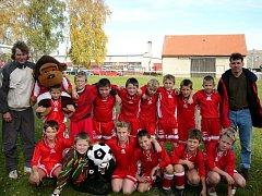 Červenojanovické družstvo mladších žáků v roce 2004. Po necelých deseti letech z mnohých těchto dětí vyrostli velmi dobří fotbalisté.