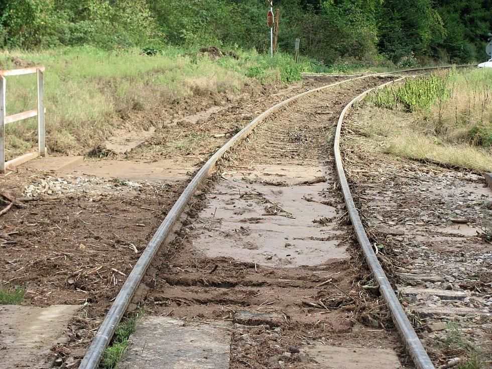 Zprovozněná železniční trať v úseku Vlastějovice - Ledeč nad Sázavou po sesuvu podmáčené půdy v Chřenovicích.