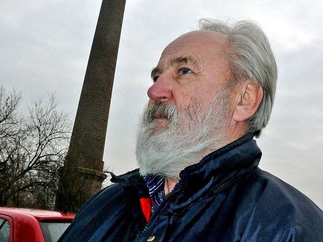 Střelmistr Zdeněk Šobíšek při prohlídce komína bývalé cihelny v Močovicích