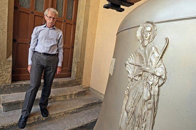 Nový zvon odlil český zvonař Petr Rudolf Manoušek v květnu v nizozemském Astenu. Váží (včetně dubové hlavy a kování) 2736 kilogramů a měří téměř dva a půl metru.