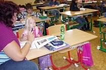 Anička Krasnayová ve třídě se svojí asistentkou.