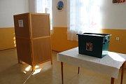 Volební místnost v obci Třebešice.