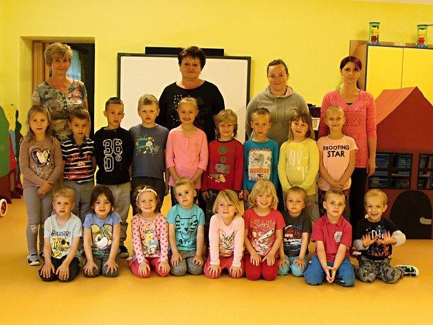 Děti, paní učitelky a asistentky ve školce vBílém Podolí.