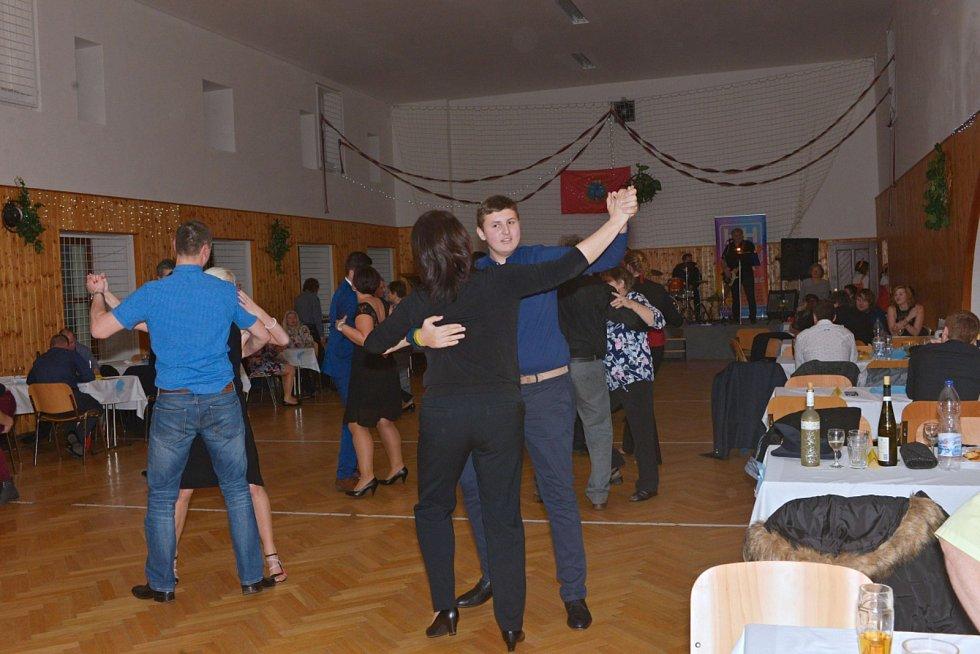 Z hasičského plesu v Suchdole.