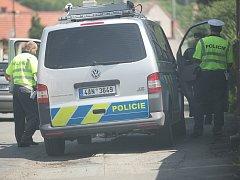 Dopravní policisté na místě nehody v Záboří nad Labem.