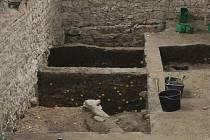 Archeologové objevili pod podlahou tělocvičny středověkou studnu.