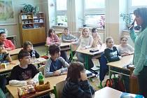 Policistka Vendulka Hanzlová mezi dětmi v Základní škole v Červených Janovicích.