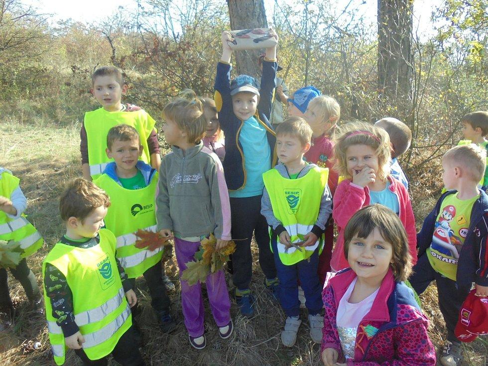 Děti vyrazily po stopách skřítka Spadlístka.