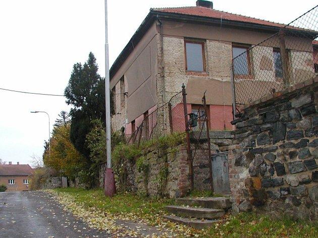 Objekt bývalé základní školy v Neškaredicích.