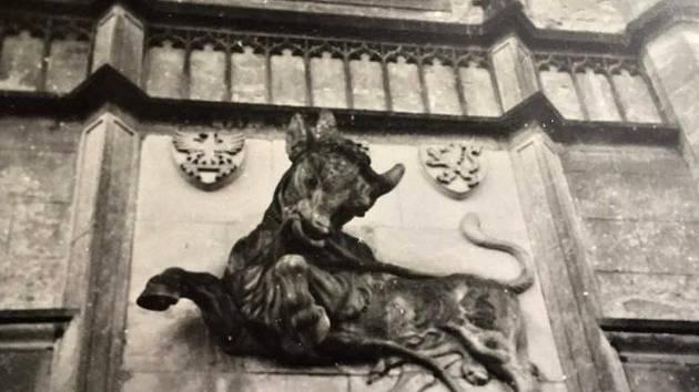 Zubr nad vstupní bránou do žlebského zámku.