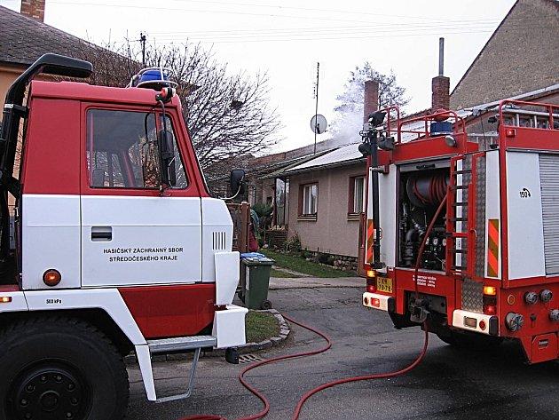 Požár sazí v komíně rodinného domu v Suchdole.