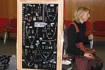 """Tereza Svatošová Kronesová se svými výrobky na """"Prvním bleším trhu"""" v hotelu Centrin ve Zruči nad Sázavou."""