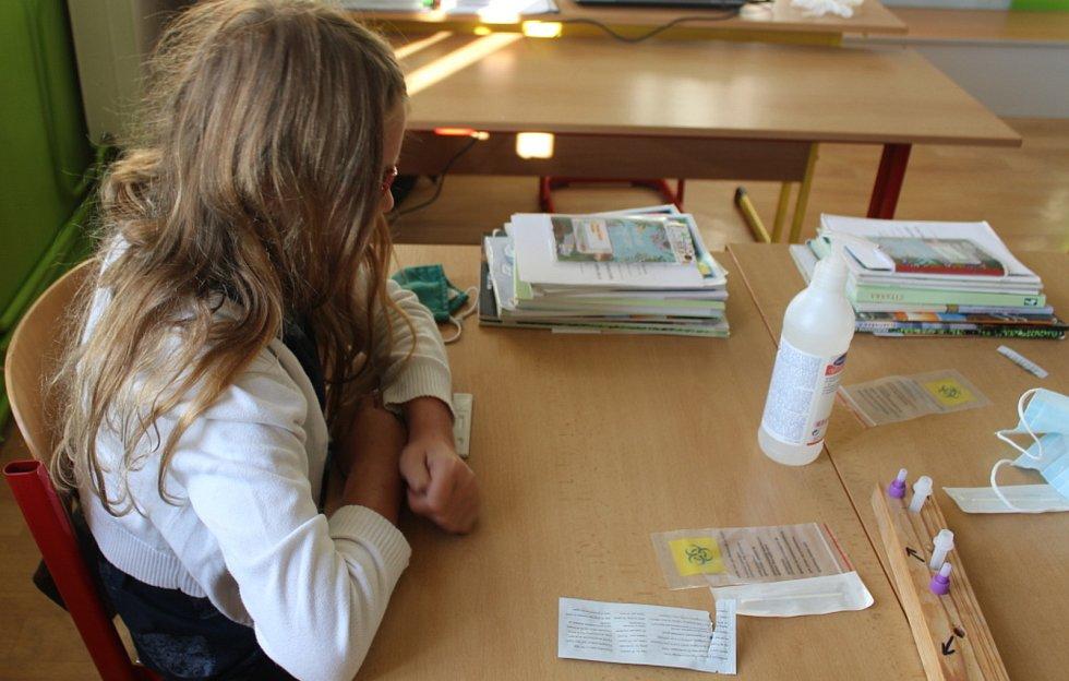 Také na Základní škole Kamenná stezka v Kutné Hoře začal první školní den testováním žáků na covid.