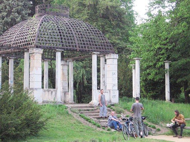 Altán ve zručském zámeckém parku.
